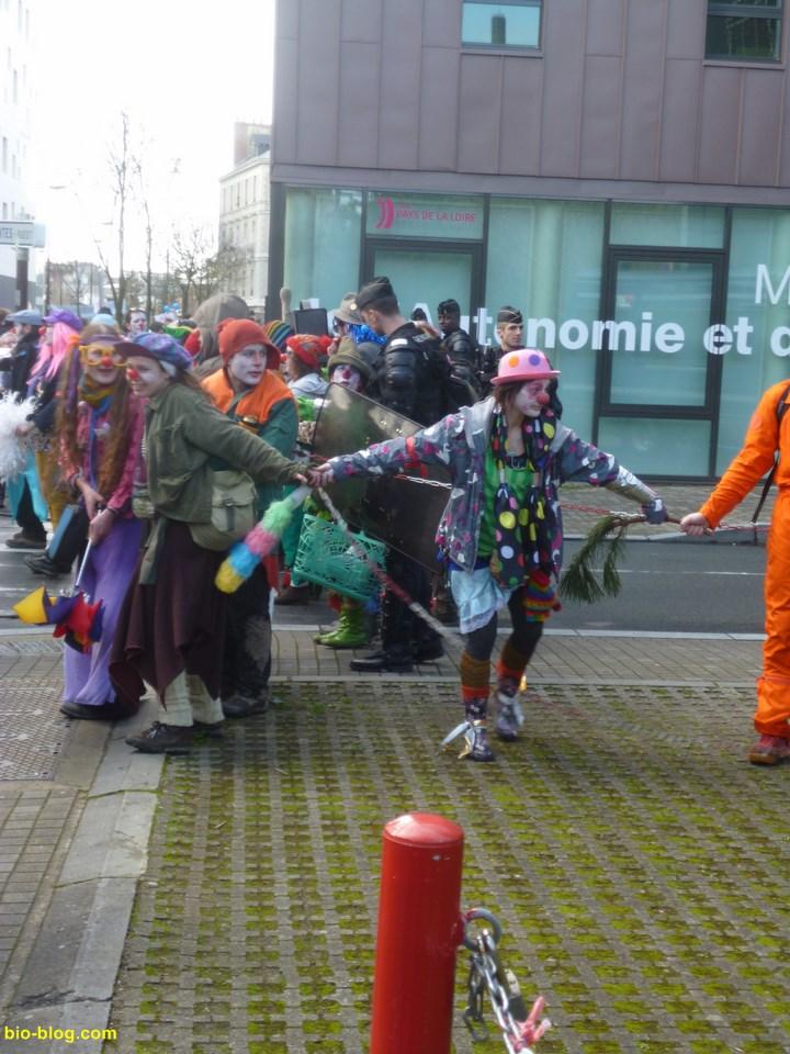 Les clowns font un cordon de sécurité pour apaiser les CRS qui ont sorti les boucliers.