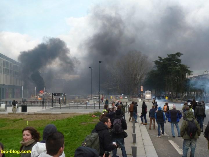 Devant le CHU, le ciel de Nantes est noircit par les fumées diverses.