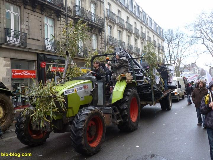 L'un des nombreux tracteurs participants au défilé anti aéroport à NDDL.