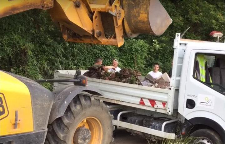 Les agents de la commune de Laignelet récupère les déchets déposés en pleine nature - Capture Youtube